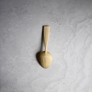 Faceted serving spoon
