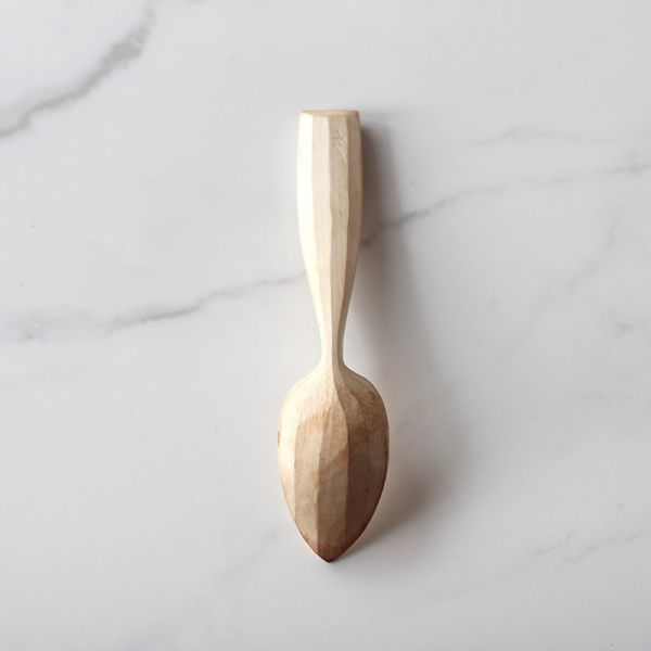 Eating spoon with back facets